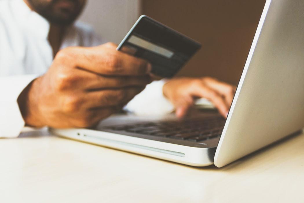 e-commerce onlineshop kreditkarte eingetippt